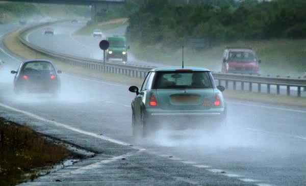 kỹ năng lái xe khi trời mưa đường trơn